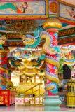 Drago cinese dorato avvolto intorno al palo rosso Fotografia Stock Libera da Diritti