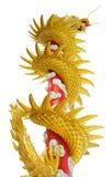 Drago cinese dorato gigante sul fondo di bianco dell'isolato Fotografia Stock