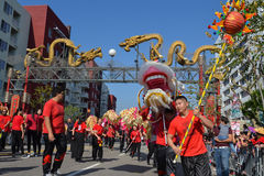 Drago cinese durante il 117th Dragon Parade dorato Immagine Stock