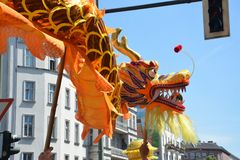 Drago cinese portato tramite le vie di Berlino durante il carnevale della gente immagini stock