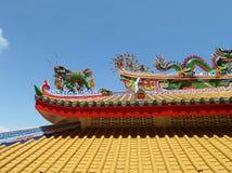 Drago Colourful sul tetto giallo del tempio cinese sul porto del nord di Koh Sichang Island Fotografia Stock