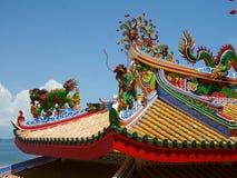 Drago Colourful sul tetto giallo del tempio cinese sul porto del nord di Koh Sichang Island Immagine Stock