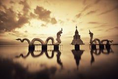 Drago delle siluette e statua del Naga Fotografie Stock