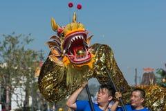 Drago di Chienese durante il 117th Dragon Parade dorato fotografia stock