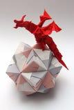 Drago di origami sulla palla di carta Fotografia Stock