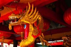 Drago dorato sul palo Tempio cinese Tua Pek Kong Città di Miri, Borneo, Sarawak, Malesia immagine stock libera da diritti
