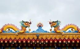 Drago gemellare sul tetto del tempiale della porcellana Fotografia Stock Libera da Diritti