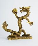 Drago imperiale cinese dorato con la perla Fotografia Stock Libera da Diritti