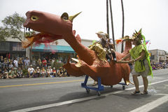 Drago nella celebrazione di solstizio di estate e nella parata annuali giugno Immagini Stock Libere da Diritti