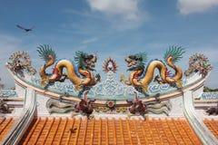 Drago sul tetto a Guan Yu Shrine, Chonburi Tailandia immagini stock libere da diritti