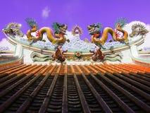 Drago sul tetto a Guan Yu Shrine, Chonburi Tailandia fotografie stock