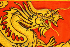 Drago sulla parete Wat Khao ISan (Thepprathan) del tempio Immagini Stock