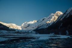 dragobrat χειμώνας της Ουκρανίας βουνών τοπίων Ποταμός βουνών στην κοιλάδα ορεινών περιοχών που καλύπτεται από το χιόνι στο υπόβα Στοκ Εικόνα