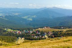 By Dragobrat Carpathian berg, Ukraine arkivbild