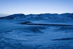Dragobrat, Ukraine Gefrorener See bedeckt mit Schnee und Eis an der blauen Stunde Verdammung Belmeken im Winter, Bulgarien stockbild