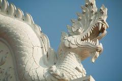 Dragon au-dessus de temple en Thaïlande Photographie stock