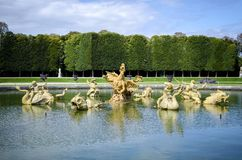 Dragon Basin e a avenida da água, nos jardins do palácio de Versalhes, Paris, França fotografia de stock