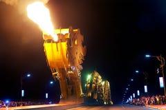 Dragon bawić się ogienia Fotografia Stock