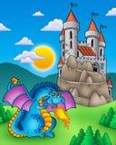 Dragon bleu avec le château sur la côte Image stock