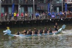 Dragon Boat Competition på den Melacca floden Arkivbilder