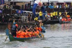 Dragon Boat Competition på den Melacca floden Royaltyfri Bild