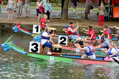 Dragon Boat Racing Photos libres de droits