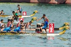 Dragon Boat Racing em Victoria Harbour, Hong Kong Foto de Stock