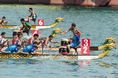 Dragon Boat Racing i Victoria Harbour, Hong Kong Arkivfoto