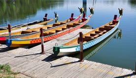 Dragon Boat Stop tradicional chinês na costa fotos de stock royalty free