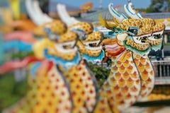Dragon Boat tradicional no rio na matiz, Vietname do perfume foto de stock