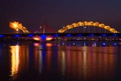 Dragon Bridge av nattbelysning på Han River Danang Arkivbild