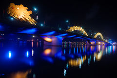 Dragon Bridge la nuit dans le Da Nang, Vietnam Image stock