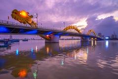 Dragon Bridge no Da Nang na noite foto de stock royalty free