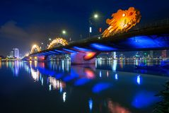 Dragon Bridge no Da Nang na noite imagens de stock royalty free