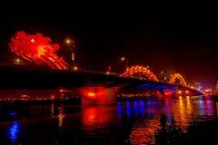 Dragon Bridge på natten Danang Vietnam Arkivbild