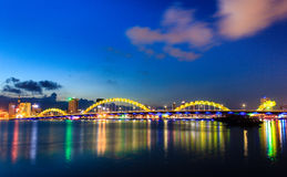 Dragon Bridge pont de dragon dans le Da Nang, Vietnam Photo stock