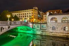 Dragon Bridge vid natt i Ljubljana arkivbilder
