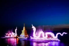 Dragon coloré sur le crépuscule de l'eau Photos libres de droits