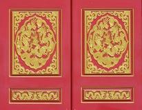 Dragon d'or décoré sur le mur rouge Image libre de droits