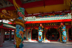 Dragon d'or sur le poteau Temple chinois Tua Pek Kong Ville de Miri, Bornéo, Sarawak, Malaisie Image libre de droits