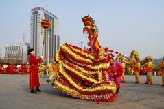 Dragon Dance De traditionele Chinese viering van het de lentefestival stock foto