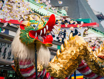 Dragon Dance dourado no templo de Senso-ji fotografia de stock