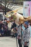 Dragon Dance dourado no templo de Senso-ji fotografia de stock royalty free