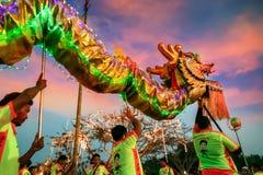 Dragon Dance in een Chinese Nieuwjaar` s Viering royalty-vrije stock fotografie