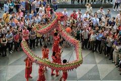 Dragon Dance tijdens Chinees Nieuwjaar Stock Foto
