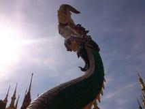 Dragon et nuages faiblement allumés de lumière Photo stock