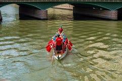 Dragon Festival avec des canoës au-dessus de rivière de Porsuk à Eskisehir, Turquie images stock
