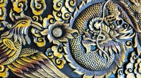 Dragon Fighting cinzelado com a cisne na textura de madeira do fundo imagens de stock royalty free