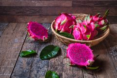 Dragon Fruit in de Mand royalty-vrije stock afbeelding
