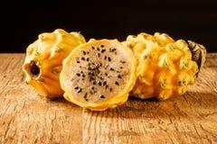 Dragon Fruit Isolated giallo su una Tabella con fondo posteriore Fotografia Stock Libera da Diritti